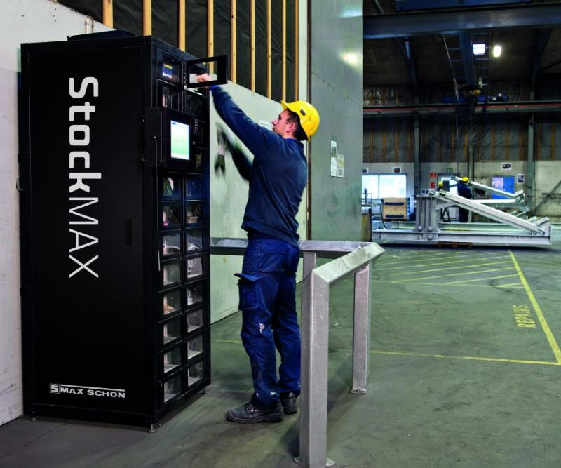 Arbeiter entnimmt Material aus Max Schön StockMax-Automat